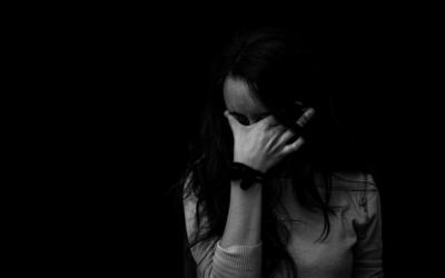 Un proche a des idées suicidaires, comment lui venir en aide ? Explication par un psychologue